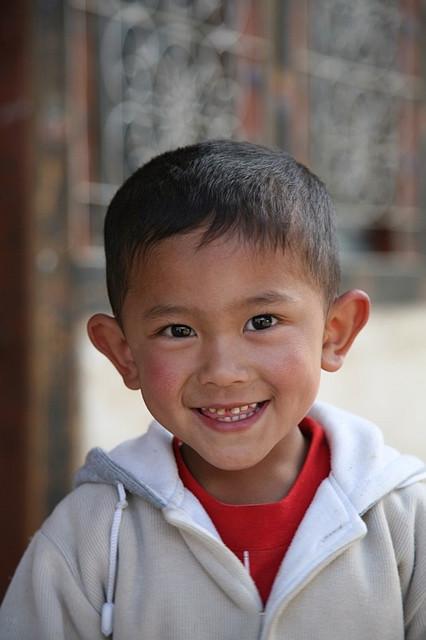 不丹廷布市集里開心的小男孩